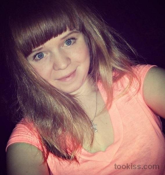 Emanuela_la – Die schwingende blonde Alice wird gequetscht und gehänselt