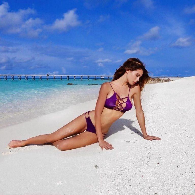 Frederica1 – im Sand eines FKK-Strandes spielen
