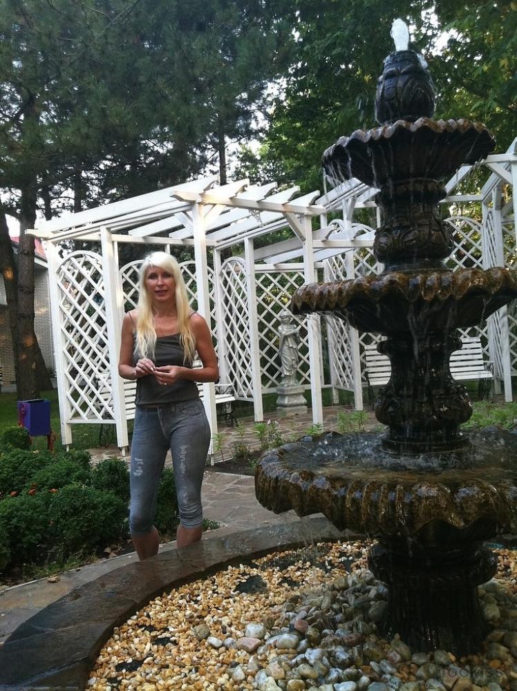 lena_lena – Atemberaubende blonde Teen fingert Muschi im großen Freien