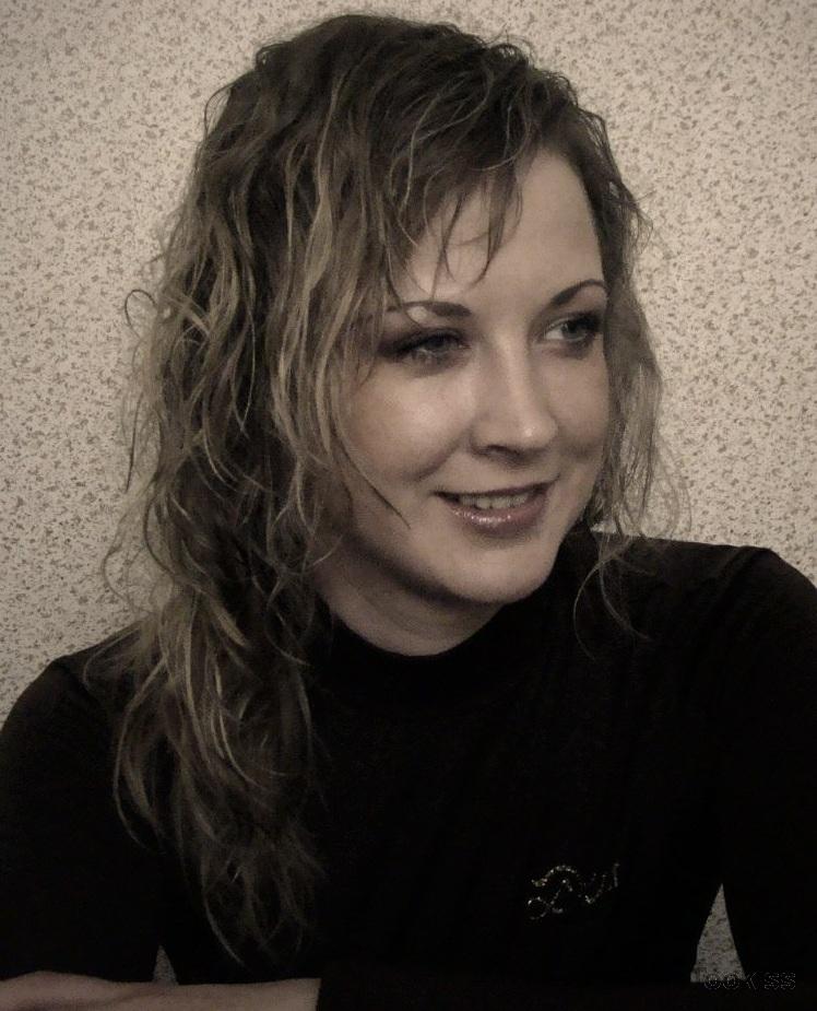 Philine – Die süße Brünette Daisy Datson spreizt ihre Po-Wangen