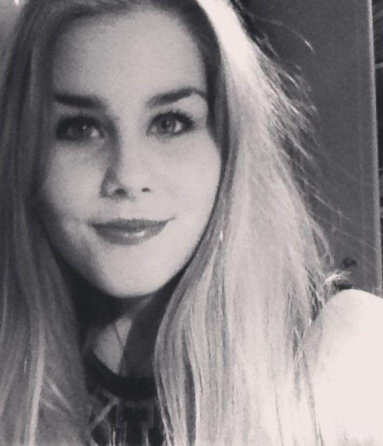 Larinna_11 – Die kaum legale Diva Louise hat eine kräftige Stange